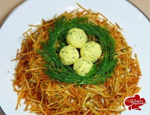 """Салат """"Гнездо глухаря""""  Ингредиенты:  Куриное филе – 200 г Ветчина – 100 г Шампиньоны из банки – 100 г Яичные белки – 3 шт. Картофель – 3 шт. Соль, перец Майонез Для птичьих яиц: 3 желтка, 1 плавленый сырок, зелень укропа, зубчик чеснока и майонез Листья салата  Приготовление:  1. Заранее отварите 3 яйца и куриное филе. 2. Картофель нарежьте тонкой соломкой или натрите на терке для корейской моркови. Пожарьте на сковороде, не мешая, с одной стороны, затем переверните и обжарьте с другой…"""