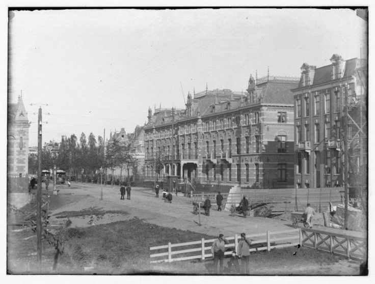 1890 Linnaeusstraat met Burgerziekenhuis   Het 'Burgerziekenhuis' voor burgers, zoals ambtenaren, kantoorbedienden en dienstbodes. Het gebouw werd op 18 maart 1891 feestelijk geopend. In die tijd was het Burgerziekenhuis zeer modern. Er waren liften, elektrisch licht en centrale verwarming. En natuurlijk goede artsen en verpleegsters.