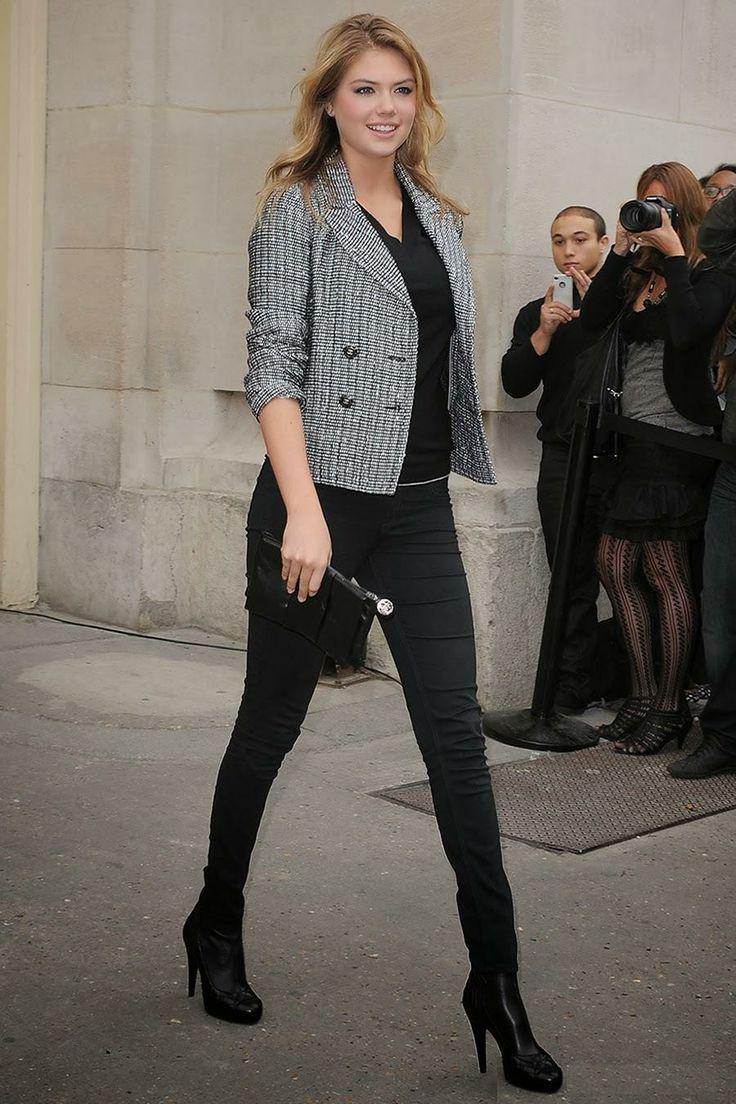 Kate Upton en un Outfit que nunca falla, pantalón y camisa #Básicos negro y Tweed Jacket. *Prendas @CHANEL