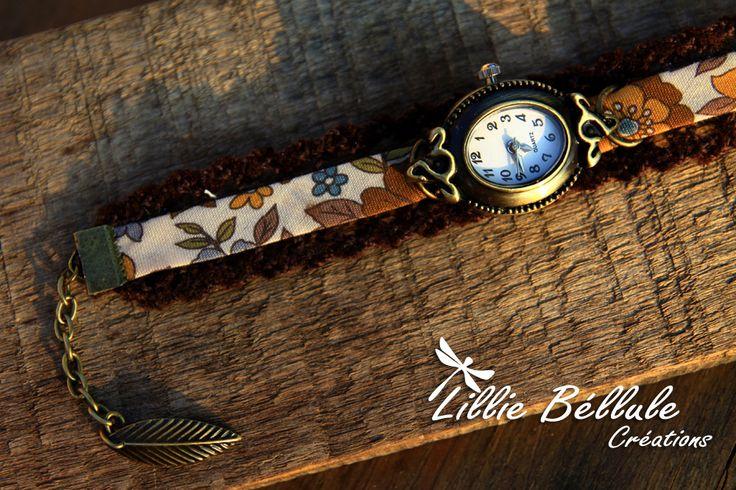 Montre forêt féérique Montre bronze, bracelet en tissu liberty. Motif de fleurs ocres et bleues sur fond écru. Dentelle marron. Fermoir boucle et chaînette couleur bronze.