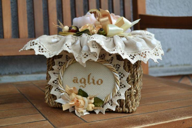 CESTO AGLIO - Linea Pois Bianco - PatriziaB.com Raffinato e originale cesto per riporre aglio. Il cesto è finemente adornato da una ricca composizione di fiori, nastri e pizzo