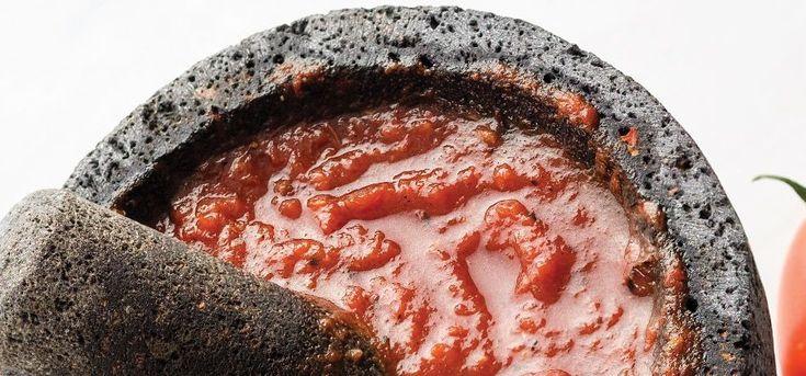 Receta de salsa de jitomate martajada. La salsa sabe mejor si se hace en el molcajete, por eso esta salsa martajada es completamente deliciosa.