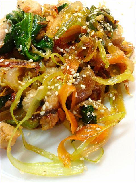 WOK DE POLLO CON VERDURAS Y SÉSAMO  http://lasrecetasdemisamigas.blogspot.com.es/2013/05/wok-de-pollo-con-verduras-y-sesamo.html