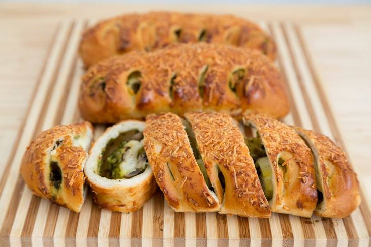 Nuestro Pan Toscano...masa italiana rellena con pesto, queso y champiñones.