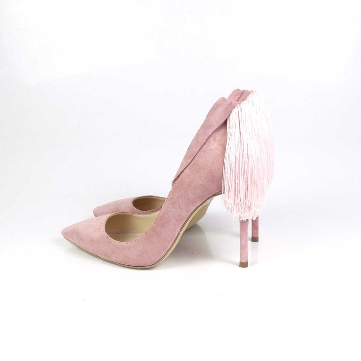 Pantofi de damă Mineli Margot Soft Pink sunt realizați din piele întoarsă rose și sunt accesorizați cu o franjuriglamouroși din mătase, fiind ideali în completarea unei ținute office pentru birou sau a unui eveniment special. Se pot realiza pe mai…