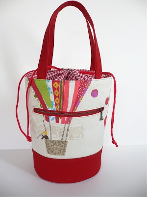 Great tutorial for a bag with a circle bottom - and a beautiful bag for inspiration. By cotton and cloud.