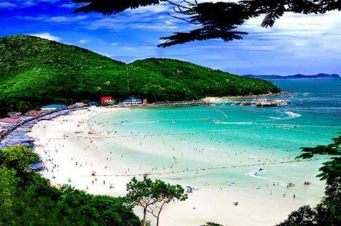 Пляжи Паттайи на островах и в городе   Ко-Крок  Он удален от берегов Паттайи на 8 км. Песчаный пляж острова имеет длину 100 метров, а остальная его часть – каменистая. В западной части побережья дайверы могут любоваться стеной из кораллов, а также анемонами.  #travel #travelgidclub #путешествия #Таиланд #thailand #Паттайя #pattaya #traveling #traveler #beautiful #instatravel #tourism #tourist #пляж #природа #beach #island