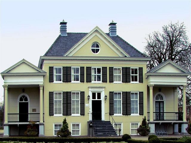 Landgoed Rosenburg Den Haag Een mooi landhuis verscholen tussen de bossen van het landgoed Bij Loosduinen lagen de buitenplaatsen Rosenburg en Rusthoek en de landerijen van de familie Waldeck. Landgoed Rosenburg is in de 18e eeuw gesticht door de familie Hooft. Deze familie heeft er drie generaties lang gewoond. De kleinzoon van de stichter was tussen 1813 en 1817 burgemeester van Loosduinen. In 1825 is het oude landhuis verbouwd in Neo-Classicistische stijl…