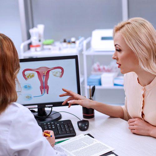 IVF (In-vitro-Fertilisation)  Die In-vitro-Fertilisation gilt für die meisten als die klassische Form der künstlichen Befruchtung. Gemeint ist die Befruchtung in der Petri-Schale. Das heißt, der Mutter werden Eizellen entnommen und dann mit den Samenzellen des Vaters befruchtet. Die Befruchtung verläuft dabei ohne ärztliche Unterstützung. Nach 48 Stunden wird die befruchtete Eizelle in die Gebärmutter der Frau eingepflanzt.