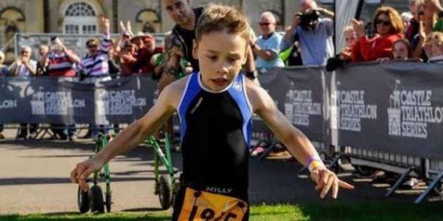Bailey, 8 anni, una paralisi cerebrale taglia il traguardo