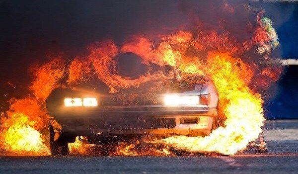 """Τέσσερα Ι.Χ αυτοκίνητα """"παραδόθηκαν"""" στις φλόγες σήμερα τα ξημερώματα σύμφωνα με πληροφ"""