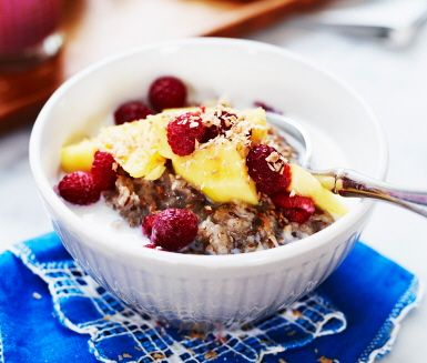 Dinkelgröt med mango, hallon och kokos. Dinkel oatmeal with mango, raspberry and coconut flakes.