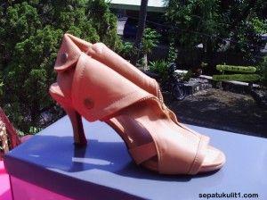 Sepatu Sandal Wanita Model High Heels >>> Kode Produk: CE 7 >>> Rp 285.000 >>> Bahan Kulit Sintetis >>> Warna Coklat Muda (bisa pesan untuk size yang berbeda).
