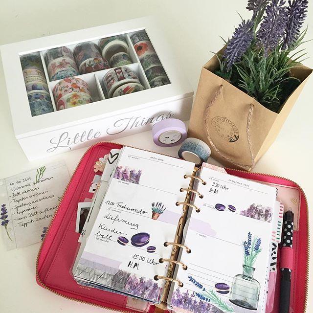 Habt ihr schon das Video zu meiner aktuellen Wochendeko gesehen? Diese Woche gibt es duftenden Lavendel und leckere Macarons - ich gebe euch im Video einen Tipp, wo ihr leckere handgemachte Macarons zu einem fairen Preis kaufen könnt. #planwithme #weeklydecoration #weeklydeco #planneraddict #plannergirl #plannerlove #katespadeagenda #katespadeoriginal #katespadewellesley #filofaxing #filofaxerei #filofaxdeutschland #filofaxaddict #plannercommunity