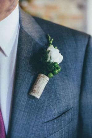 cork boutonnière http://weddingwonderland.it/2016/04/matrimonio-a-tema-vino-e-uva.html