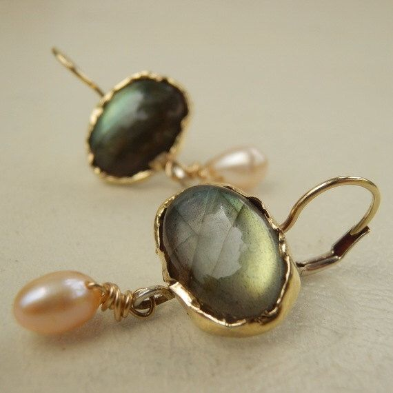 Massief gouden oorringen, labradoriet oorbellen, Pearl Drop Earrings, Gemstone Jewelry door yifatbareket op Etsy https://www.etsy.com/nl/listing/99280478/massief-gouden-oorringen-labradoriet