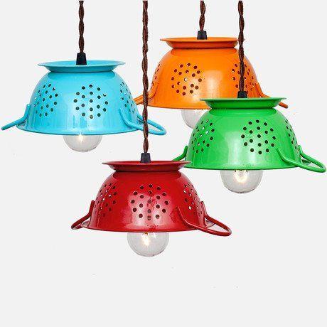 Luminárias de cozinha: escorredores coloridos transformados em cúpulas divertidas