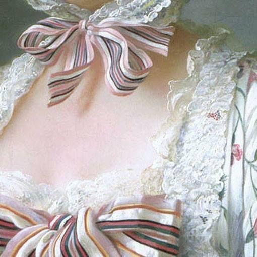 Francois-Hubert Drouais: Madame de Pompadour al telaio da ricamo. Olio su tela del 1763-64. National Gallery, Londra. La cuffia è chiusa sotto la gola dal fiocco che si ripete anche sull'abito, sia sul petto che sulle maniche, tra rouches di pizzi splendidi e leggeri. Lei non è più tanto giovane ma per la sua intelligenza e cultura è ancora amata dal re di Francia e le cuffie da tenere in casa nascondono, quando arrivano le visite dei cortigiani, i segni del tempo che passa.