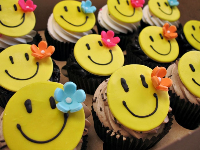 Cute Smiley Cupcakes All Things Cupcake Pinterest