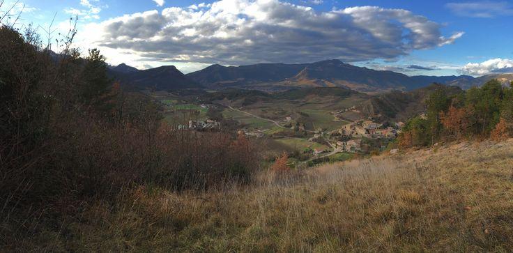 Le vieux village perché d'Aurel dans son écrin de nature.