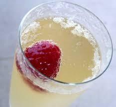 Cette recette peut être réalisée avec du crémant. Pour 1 bouteille (6 personnes) - 1 louche de cointreau - 1 louche de sucre de canne - 1 louche de pulco vert - 1 bouteille de champagne ou de crémant La veille au soir mélanger le cointreau, le sucre de...