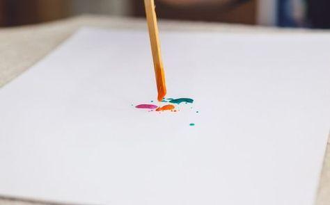 Coloque a tinta em um recipiente e acrescente água para a mistura ficar bem líquida. Depois, molhe o palito e pingue gotas coloridas sobre o papel. Foto: Edu Cesar