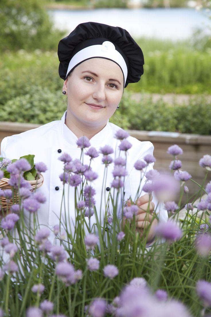 Kesällä Kenkäveron kokit hakevat tuoreet kasvikset ja yrtit ravintolaan raaka-aineiksi.