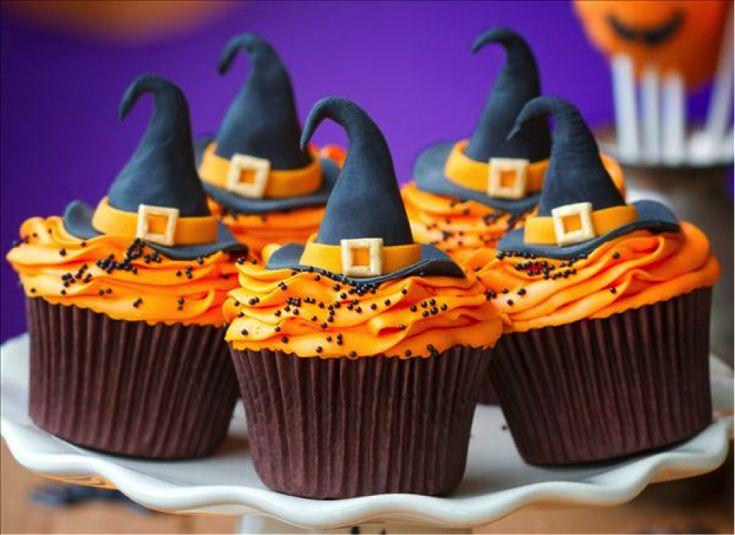 ハロウィンパーティーをおうちで楽しみたいという方も多いのではないでしょうか? そんな方にぜひ参考にして欲しいハロウィンスイーツのデコアイデアを集めてみました。可愛すぎて食べるのがもったいないスイーツばかり。 ぜひマネして作ってみてください♪ かぼちゃのホイップクリーム 参考:http://diy-enthusiasts.com/ かぼちゃのホイップクリームでカップケーキをトッピングすると、ハロウィンを満喫できること間違いなしです。魔女の帽子でデコレーションして可愛く盛り付けてみてください。 スパイダーアイシングクッキー 参考:http://www.babble.com アイシングクッキーははじめての方でも気軽に挑戦することができます。スパイダーモチーフでデコレーションすると、こんなこだわりのクッキーに。子どもたちも喜んで食べてくれそうです。 お墓風 参考:http://www.punchbowl.com/ ちょっと不気味にお墓風にデコレーションしても素敵です。かぼちゃをのせると、不気味さの中に可愛さをプラスすること。 ハロウィンの雰囲気を満喫できるデコレーションが楽しめます。…