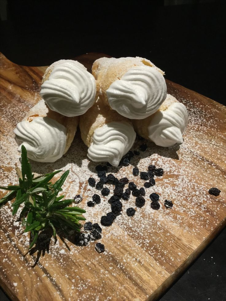 Puff pastry rolls with Italian merengue