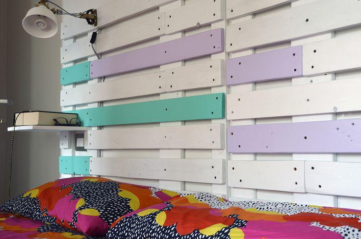 Testata per letto, realizzata con vecchie assi di bancali recuperati. Mensola a sbalzo, integrata nella struttura.
