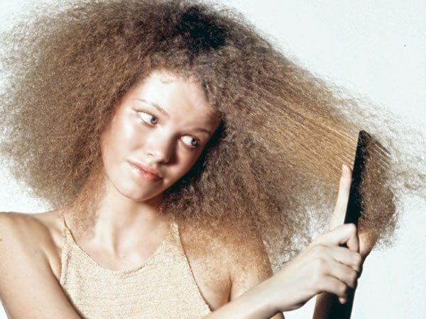 Uno de los inconvenientes más usuales en el cabello es cuando toma carga eléctrica, Fritz ó esponjado. Esto puede pasar por razones genéticas, debido a que naciste con un tipo de cabello muy poroso y al absorber éste la humedad, se esponja.