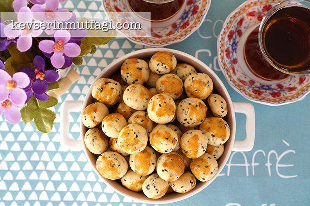 Çörek Otlu Mini Kurabiye Tarifi - Malzemeler : 100 gr oda sıcaklığında tereyağ, 1/2 çay bardağı sıvı yağ, 1 yumurta (sarısı üzeri için), 2,5 su bardağı un, 1 tatlı kaşığı kabartma tozu, 1 yemek kaşığı şeker, 1 çay kaşığı tuz, 3/4 çay bardağı çöreotu.