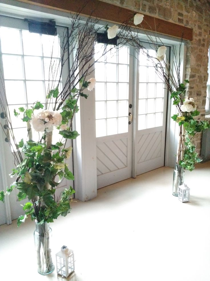 A graceful arch brings nature inside Ruthven Park's historic Coach House at this October 2017 wedding.
