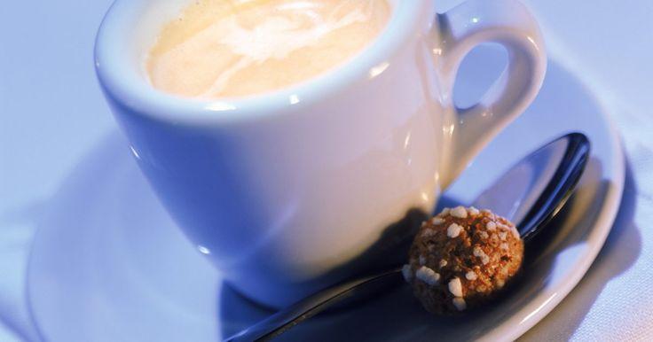 Cómo calentar leche en una cacerola para el café. La preparación de bebidas de café especiales en el hogar es más fácil que nunca con el número cada vez mayor de moliendas y jarabes aromatizados en el mercado. Los vaporizadores especiales y las cafeteras expreso pueden hacer que una persona se sienta como un barista profesional, pero una acogedora taza de capuchino o café con leche puede hacerse ...