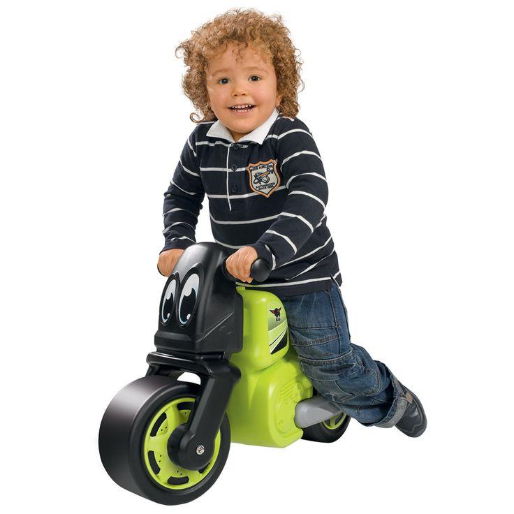 Detské odrážadlo Bike od nemeckého výrobcu hračiek BIG je kvalitná pohybová pomôcka vo forme motorky pre chlapcov. Detské odrážadlo je vyhotovené v krásnej zeleno-čiernej farebnej kombinácii, v prednej časti má dve veselé očká a zdobia ho nálepky, ktoré umocňujú pretekársky ráz vozidielka.