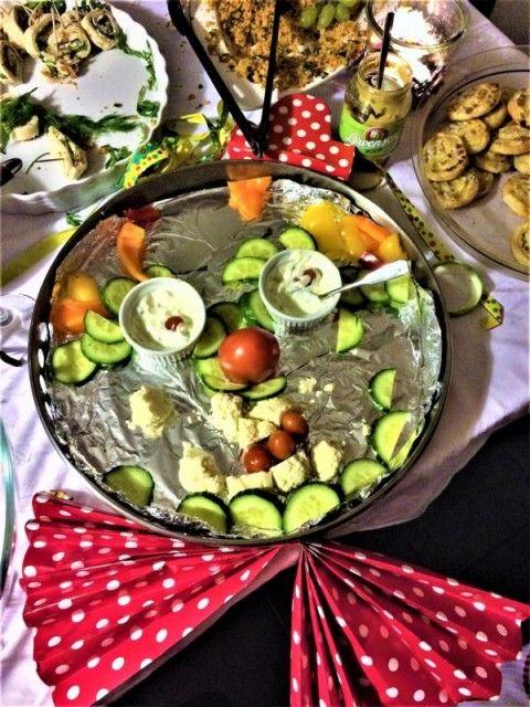 Das ist doch mal eine kreative Rohkostplatte, oder? Eine pfiffige Idee, Gemüse für das Grill-Partybuffet zu dekorieren.Der Rohkost-Clown ist s