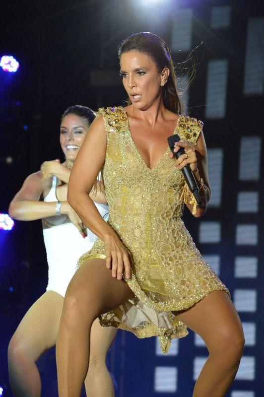 Ivete Sangalo anima festa de Réveillon em Salvador e dança até o chão