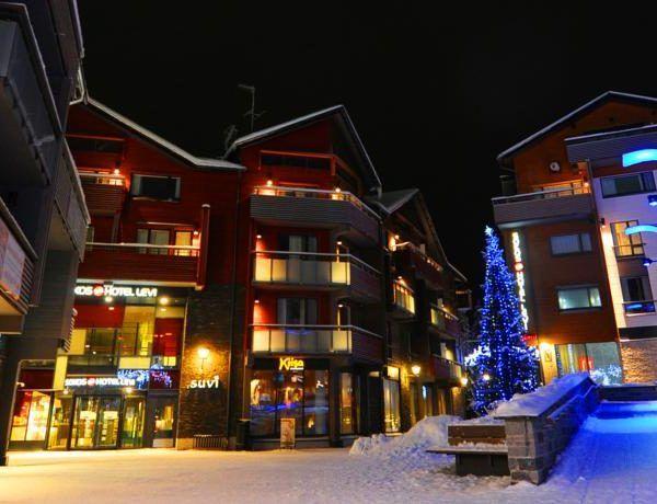 Отель Sokos Levi расположен в 200 метрах от спусков и трасс для беговых лыж.  В отеле  Sokos Levi 202 номера. Они расположены в 3 корпусах отеля,  включая номера Standart, Superior, Superior extra, Suite. В каждом номере деревянный пол, TV, мини-бар, телефон, бесплатный сейф, утюг, ванная комната, фен, Интернет.  Инфраструктура: ресторан Kiisa на 140 мест, бар Coffe Hause & Bar (время работы с 12:00 до 20:00), небольшая детская комната,  помещение для хранения лыж, сауна, джакузи...