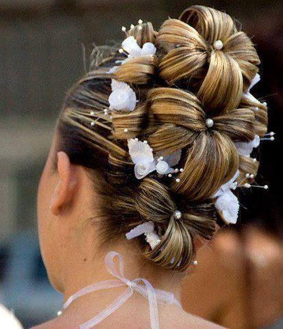 Tre hästsvansar, håret sedan uppdelat i blommor och fäst åt sidorna. Troligtvis är mitt hår för tunt.