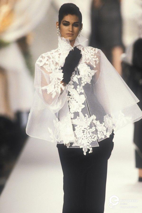 Christian Dior ❇❇❇❇ Espectacular traje con capa en gasa bordada en encaje y combinada con vestido Noir y guante largo♥♥♥