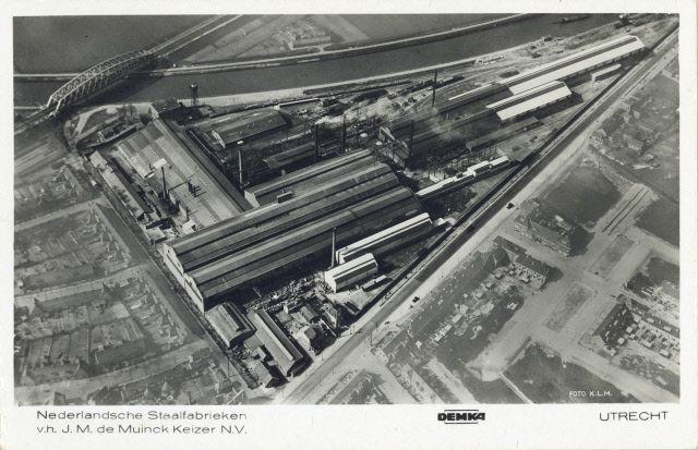 Luchtfoto van de Kantoor en Fabriek N.V. Staalfabrieken DEMKA voorheen J.M. de Muinck Keizer (Havenweg 7) te Zuilen met op de achtergrond het Amsterdam-Rijnkanaal en op de voorgrond de Amsterdamsestraatweg.ca1935