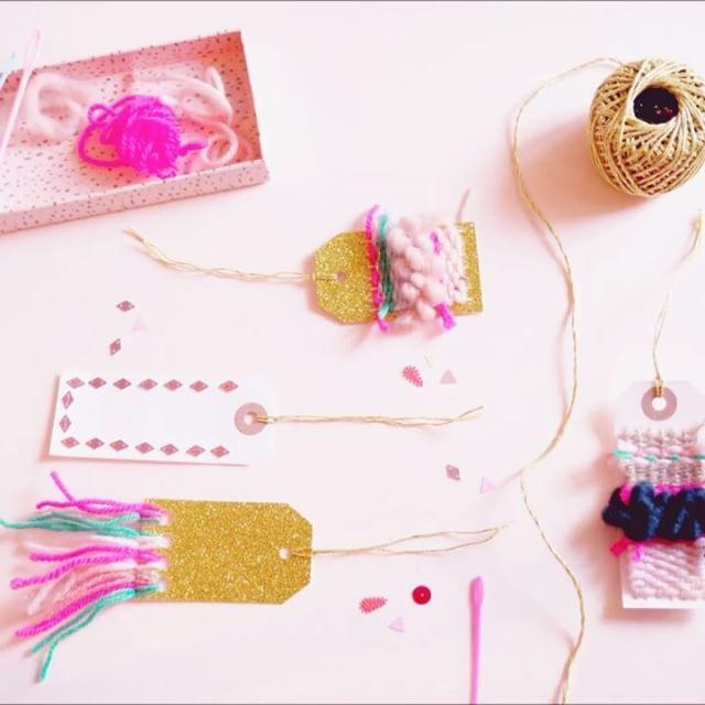 { AtelierDIY } @lesgambettessauvages x @despetitshauts Venez fabriquer vos étiquettes cadeaux glitter, tissées, enlainées, brodées de sequins. Samedi 17 décembre de 14h00 à 18h00. Sur le corner #DesPetitsHauts, au 4e étage du #PrintempsHaussmann. C'est joli et gratuit ✌  #AtelierDIY #Paris #DespetitsHauts #LesGambettesSauvages #PrintempsHaussmann #diy #gifttags #animatedgif #gifanimé #xmas #giftwrap