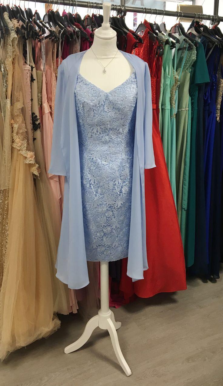Robe courte bleu pastel, coupe droite, dentelle et décolleté V, veste fluide