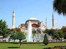 Estambul, el rostro islámico y secular de la antigua ciudad cristiana de Constantinopla, encajaba a todos los niveles. Tenía algún palacio real ubicado entre dos continentes. También tenía un largo pasado intelectual, c…