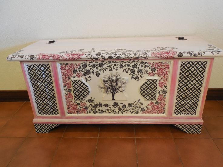 Vecchia e triste cassapanca rimodernata con vernice e decoupage