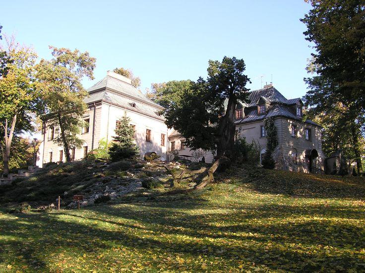 Pałac Odrowążów w Chlewiskach - w pałacu otoczonym zabytkowym parkiem krajobrazowym czas można spędzić w restauracji lub w spa. Dawny zamek przebudowany na pałac to dziś ekskluzywny ośrodek wypoczynkowy. Uchodząc przed gniewem królowej Bony znalazła tu schronienie ostatnia księżna mazowiecka Anna. Uratowało ją zamążpójście – ślub z ówczesnym właścicielem zamku w Chlewiskach, kasztelanem Stanisławem Odrowążem.