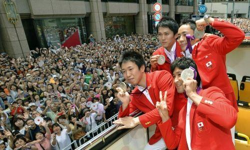 ロンドン五輪のパレードでポーズをとるフェンシング男子の(左端から時計まわりに)淡路卓、千田健太、太田雄貴、三宅諒の各選手たち=2012年8月20日午前