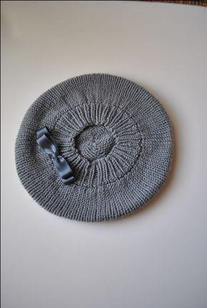 Hay muchos patrones para tejer boinas en internet, algunos hasta están en español, pero de éstos últimos muy pocos son sin costuras. Este es el patrón para tejer una boina sin costuras más fácil que encontrarás. Y además es gratis.