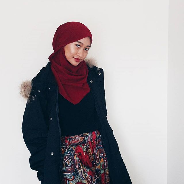 Hijab outfit /style inspiration: Red hijab and black coat. Perfect for night / glam occasion