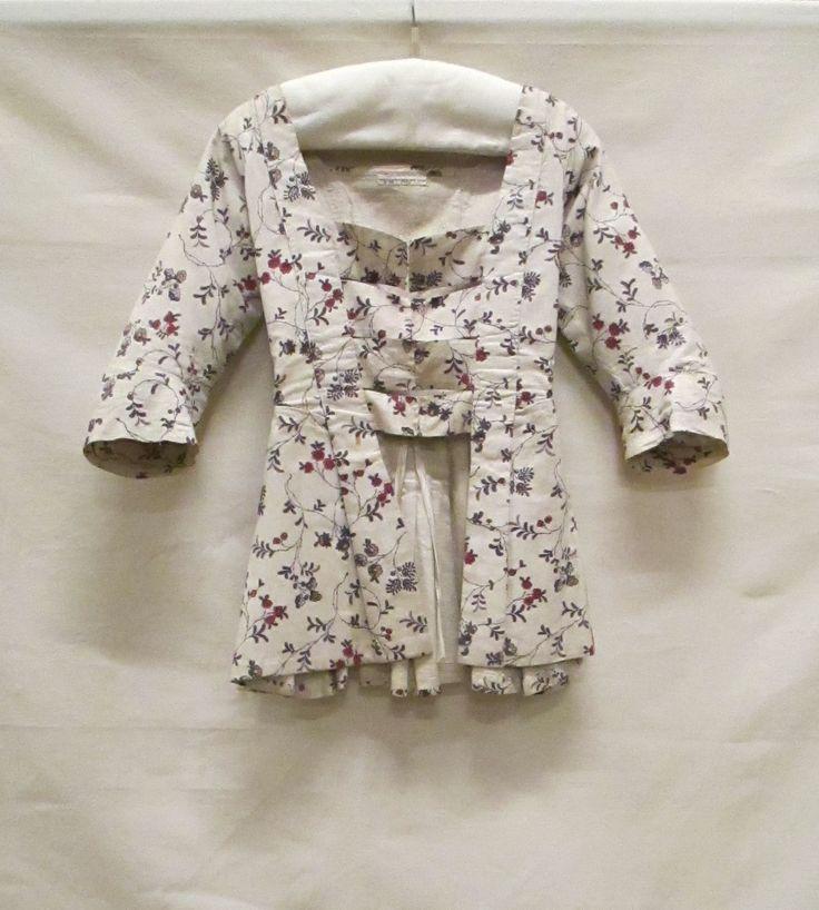 Caraco van witte sits (linen) met bloemranken in rood, roze, paars, geel, wit en zwart c1775-80 Dutch Identifier 0150476